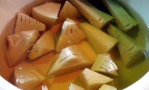 たけのこを【うす色だし】で煮ます。