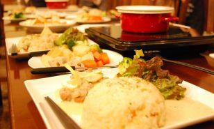 塩糀のホワイトソースを使って、シチューフォンデュを作りました!好きなお野菜や具材を用意して、みんなでワイワイ楽しめるそんなメニューです♪
